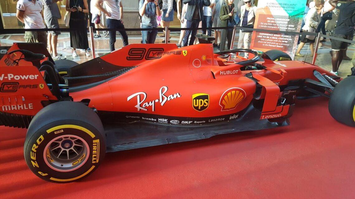 La Ferrari sbarca a Milano e con lei anche il popolo del Cavallino