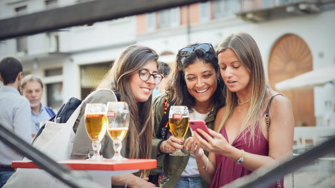 A Milano il rito dell'aperitivo si trasferisce sulla chiatta di Stella Artois